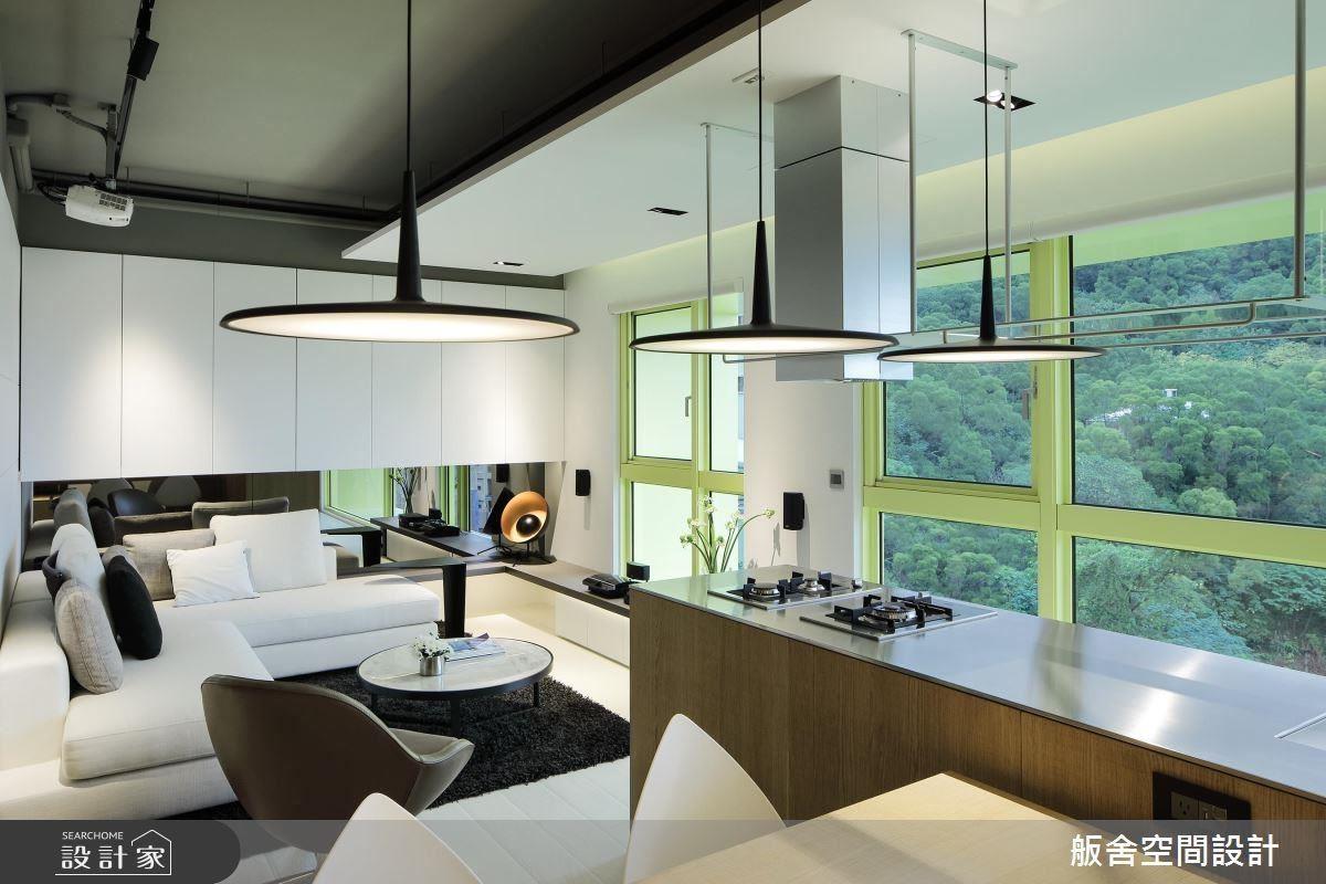 客廳沙發面向大面窗景,使居住者更能體驗純淨悠然的舒適想像。