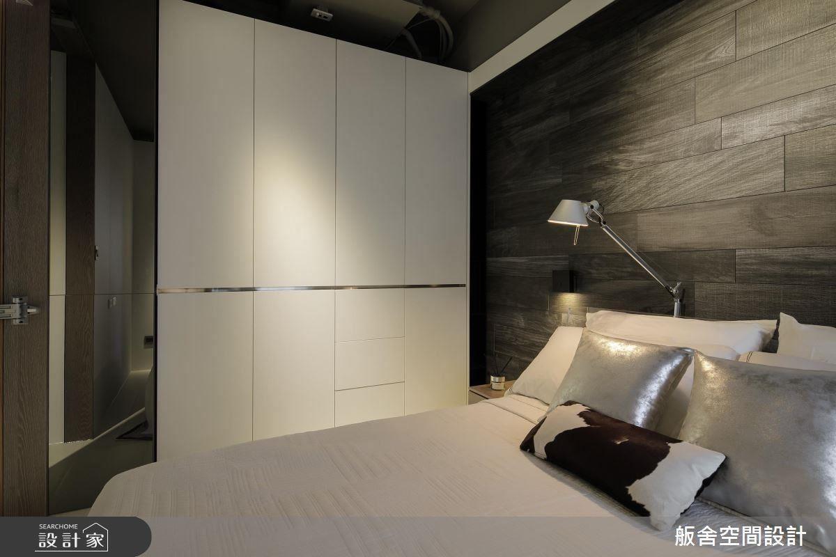 主臥床頭鋪陳深色木紋石英磚,營造沉穩樸實的空間感受。