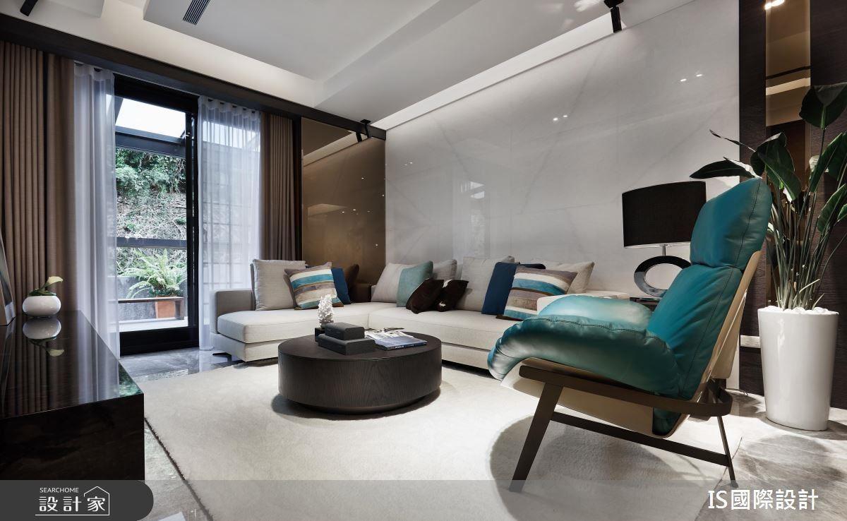 客廳牆面運用茶鏡現代元素,增添空間精緻品味質感。
