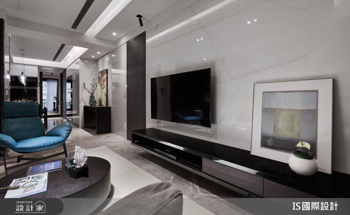 電視櫃體以懸浮設計,長型量體引導視覺延伸,創造空間放大效果。