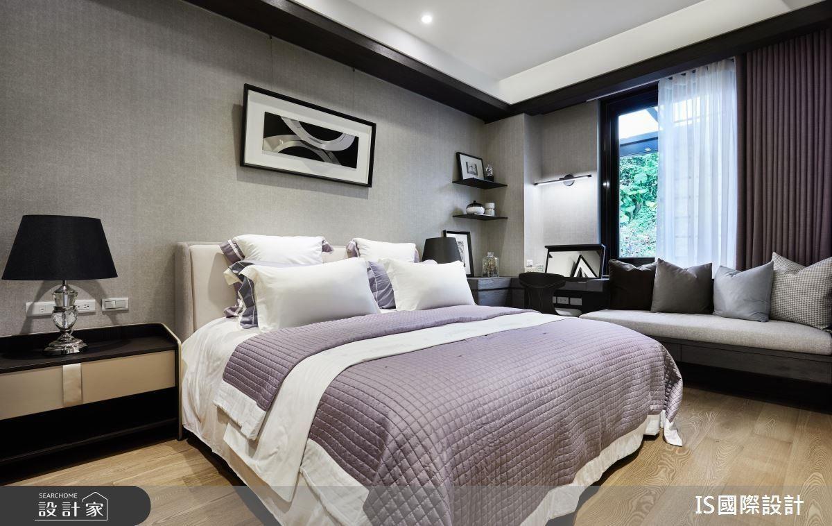 主臥窗邊創造休閒臥榻區與梳妝檯,營造飯店的精緻舒適感。