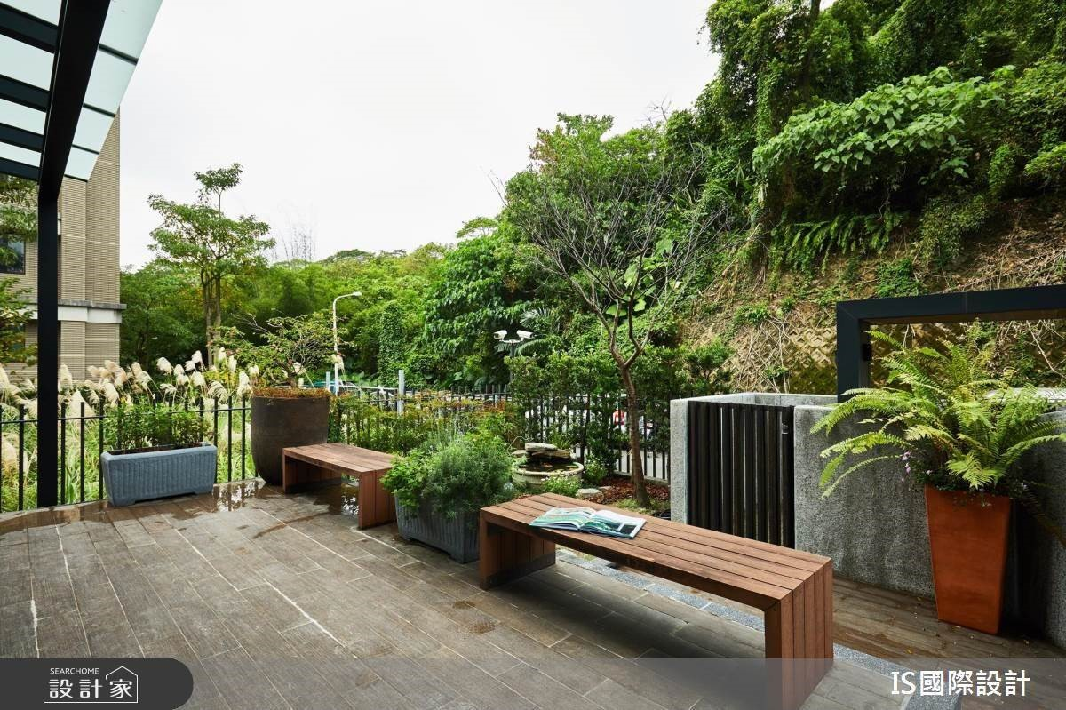 庭院以木椅鋪陳融合環境自然景觀,營造自然放鬆氛圍。