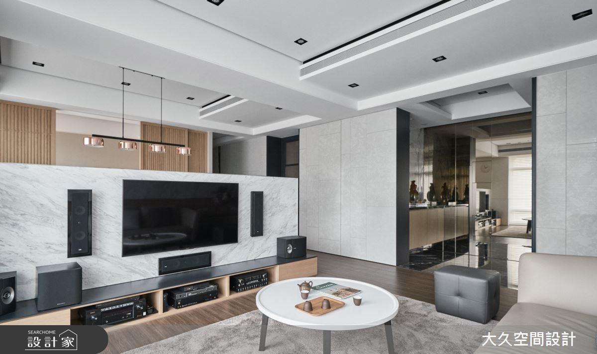 客廳地坪搭配淺色地毯,營造和諧舒適氛圍。