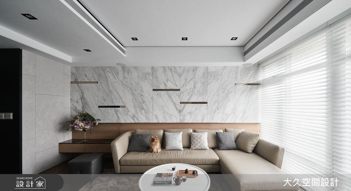 客廳沙發背牆以銀狐大理石的自然肌理,增添場域細膩層次變化。