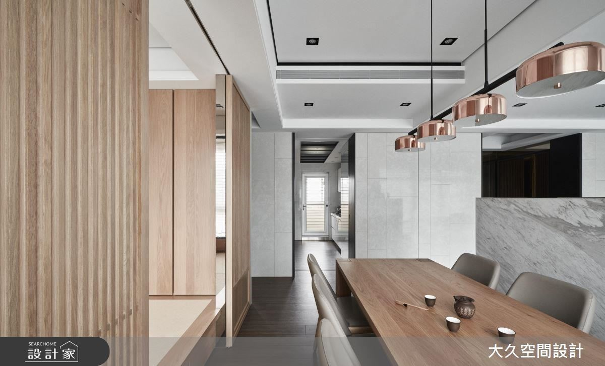 餐廳藉由玫瑰色吊燈點綴,使空間更顯精緻優雅。
