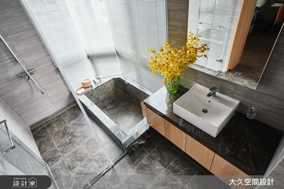 主浴選用深色磁磚營造沉穩氛圍,為屋主洗滌身心靈的疲勞。