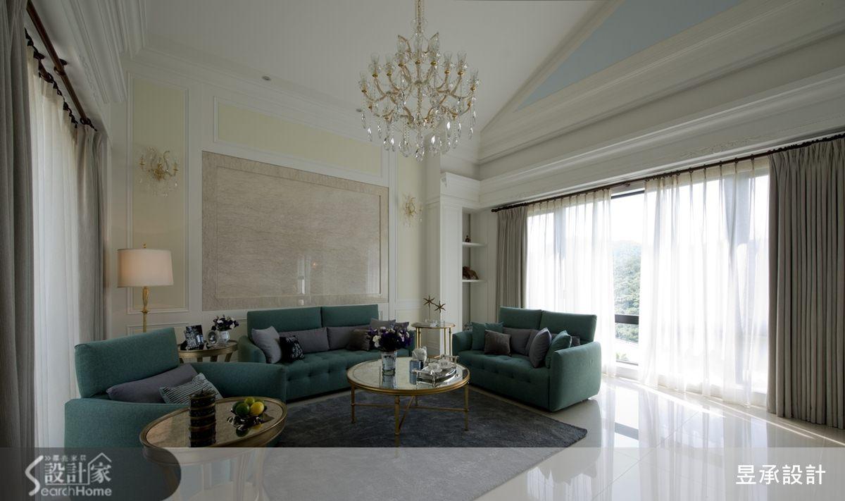 客廳沙發背牆採用紋理細緻的紫羅蘭大理石,框圍出如畫般意象的主牆設計,呼應著原建築的斜頂天花,打造出層次豐富的開闊空間感。