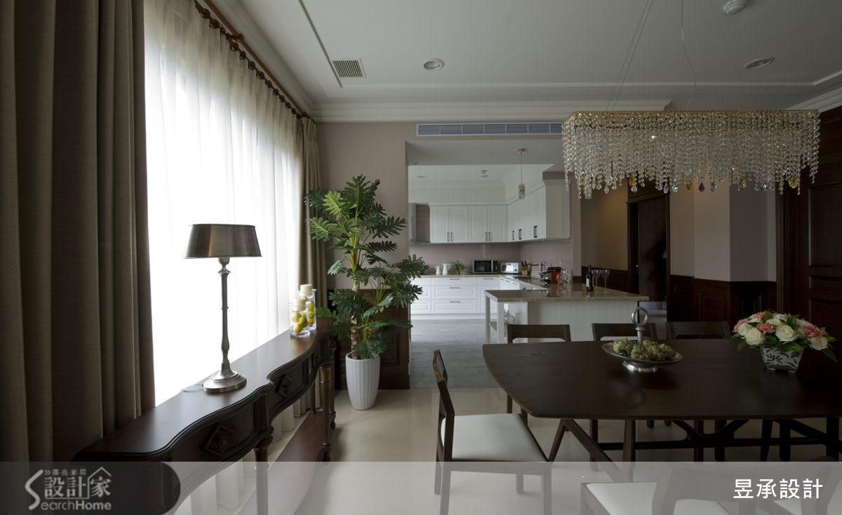 餐廳、廚房在敞闊大氣的空間氛圍下,以白色廚具加上相近於牆色的特調藕紫色烤漆玻璃,利用光線與色彩的拼貼,架構出內外一致的空間配色及流動的視覺動線。