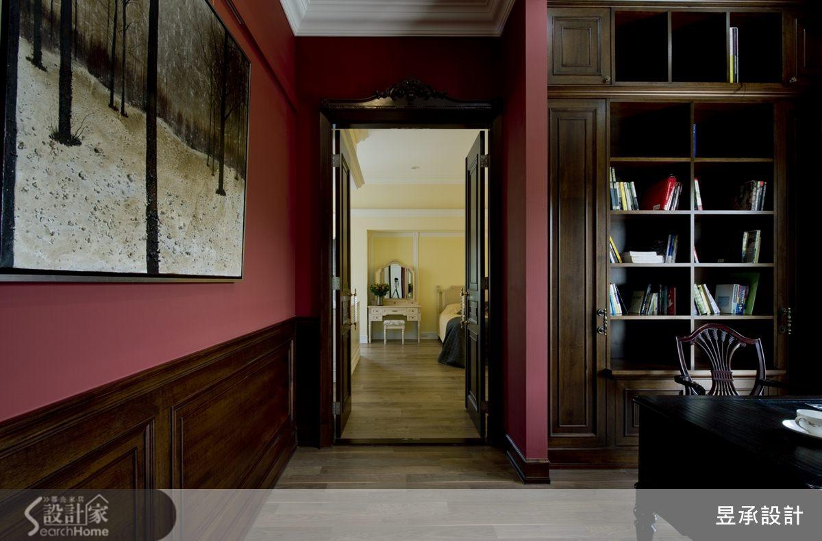 加大書房進出主臥空間的門片設計,以深色的柚木貼皮雙開門扇搭配著古典造形門斗,映襯著大膽採用紅色刷漆的書房空間,一深一淺、一明一暗,為空間畫下光與色彩的動人翦影。