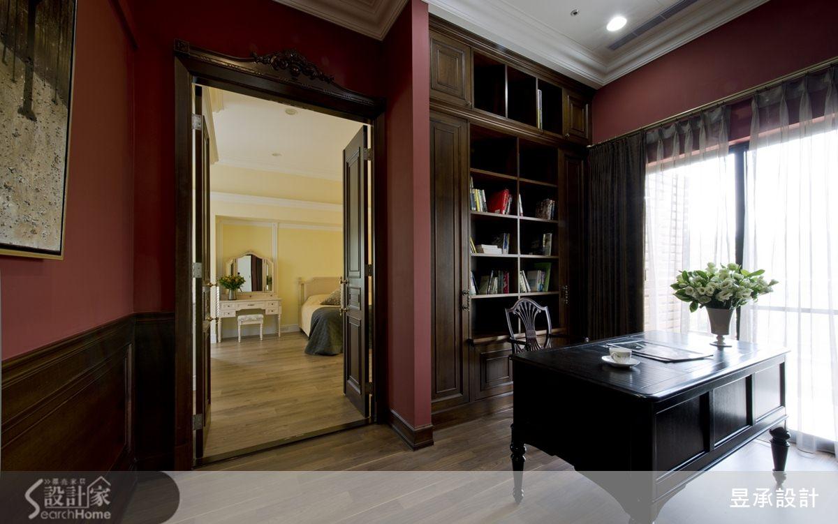 開放式書房背牆的書櫃,以精品展示櫃的概念發想,配襯著搶眼的紅色牆面,展露出空間的不凡氣度。