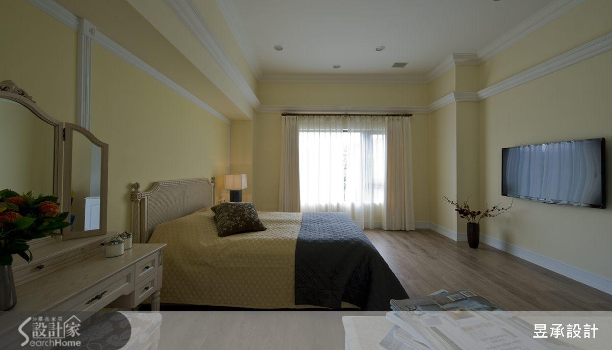 空間感十分開闊的純白色主臥室,在淡黃牆色的襯托下更顯出色。