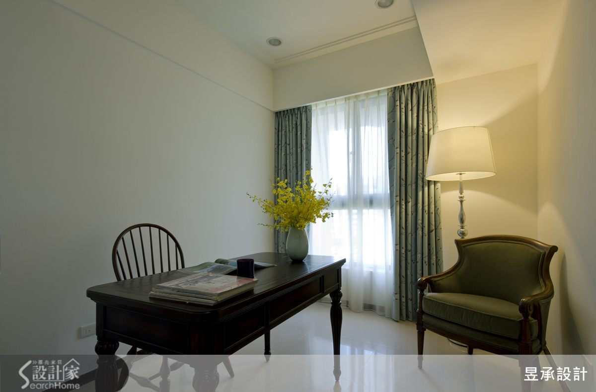 書房是屋主預留的彈性使用空間,簡單清爽沒有多餘裝飾,以優美大方的美式家具陳設。