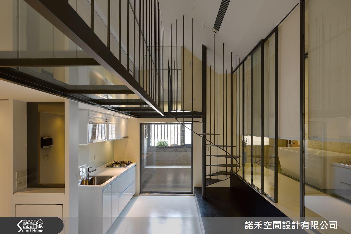 運用大量鐵件與玻璃,形塑出具前強烈現代主義風格的前衛小宅,由於此案為12坪的夾層小屋,玻璃隔間的視線通透性可讓空間感更加寬敞。
