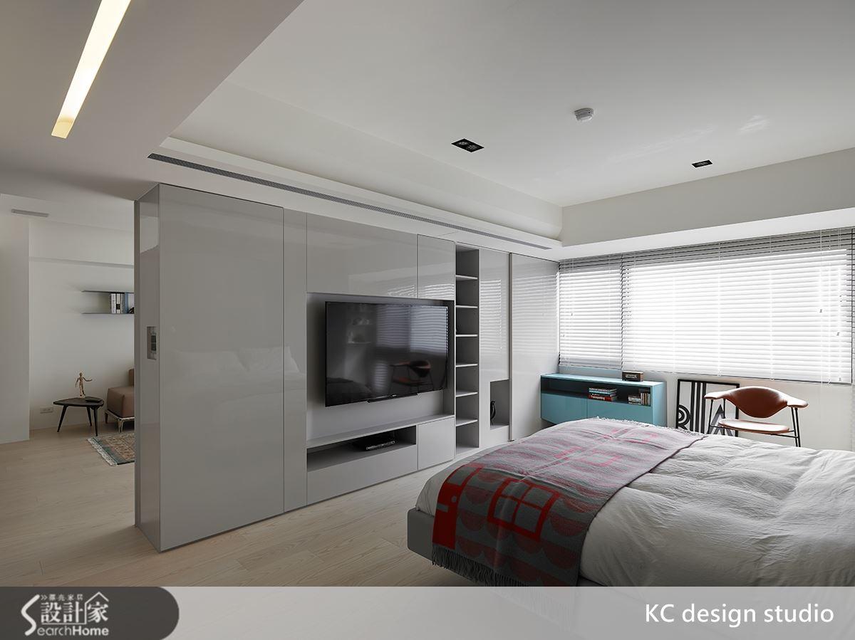 主臥電視牆右側設計一彈性拉門。