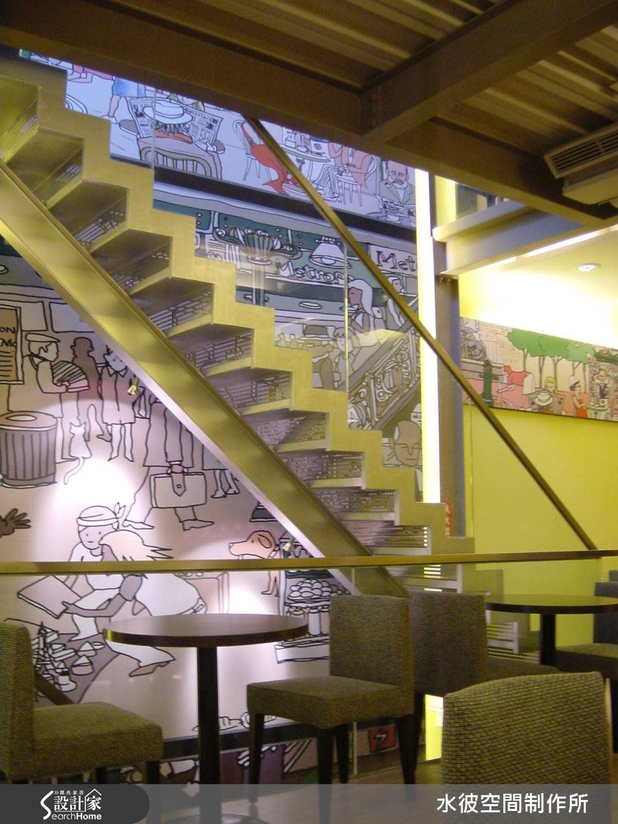 樓梯旁的手繪主題側牆為一樓連貫到三樓動線的主牆