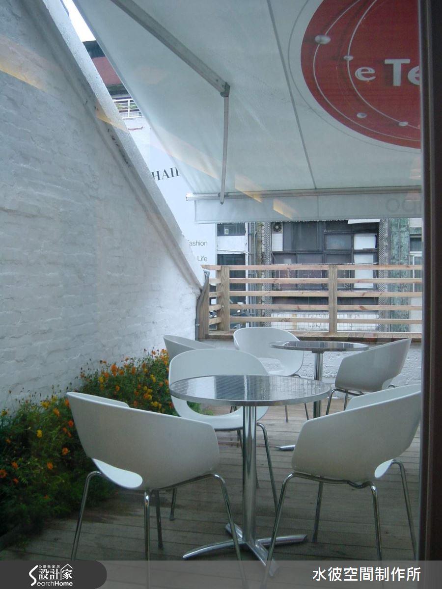 三樓露臺僅將原鄰戶牆面漆白.綴置以花草形成在都市中的幽靜角落