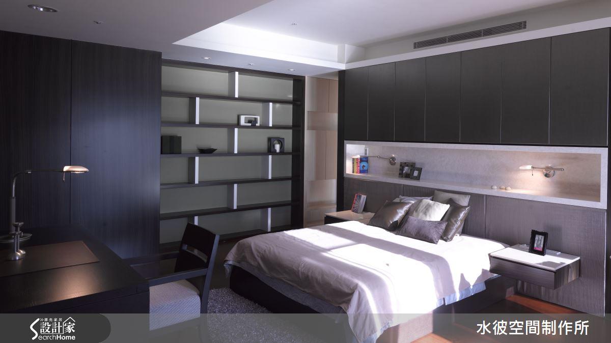 看似冰冷色調的主臥房,藉由窗外光影投射進來,裝飾出溫暖的感受