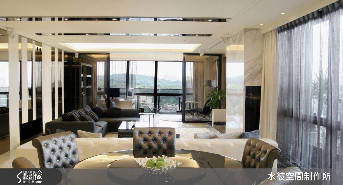 書房茶色玻璃拉門隔間的運用,讓空間視覺上能保持穿透而與其他空間連結