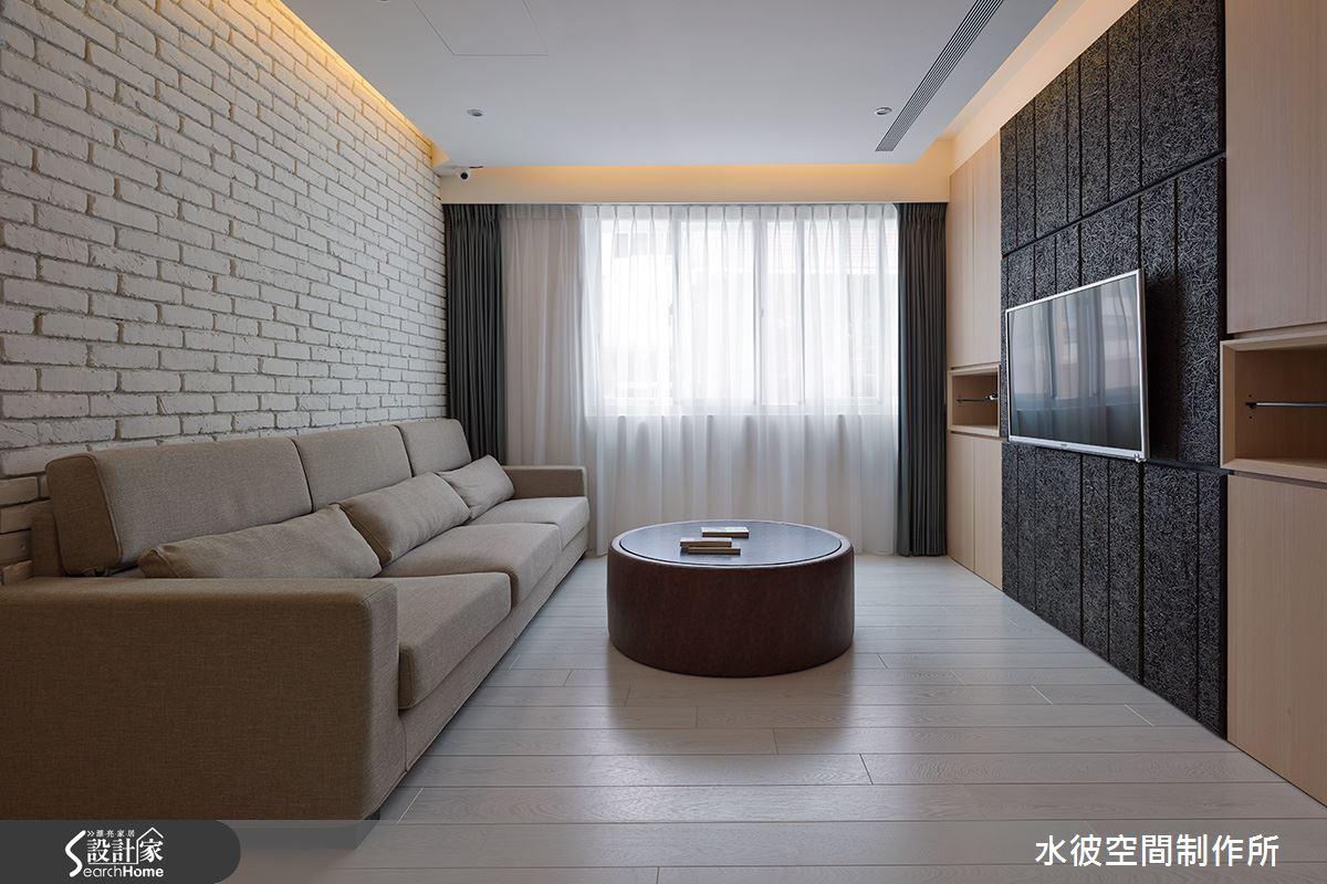 文化石沙發背牆,配以美絲板、檜木皮型塑人文質感