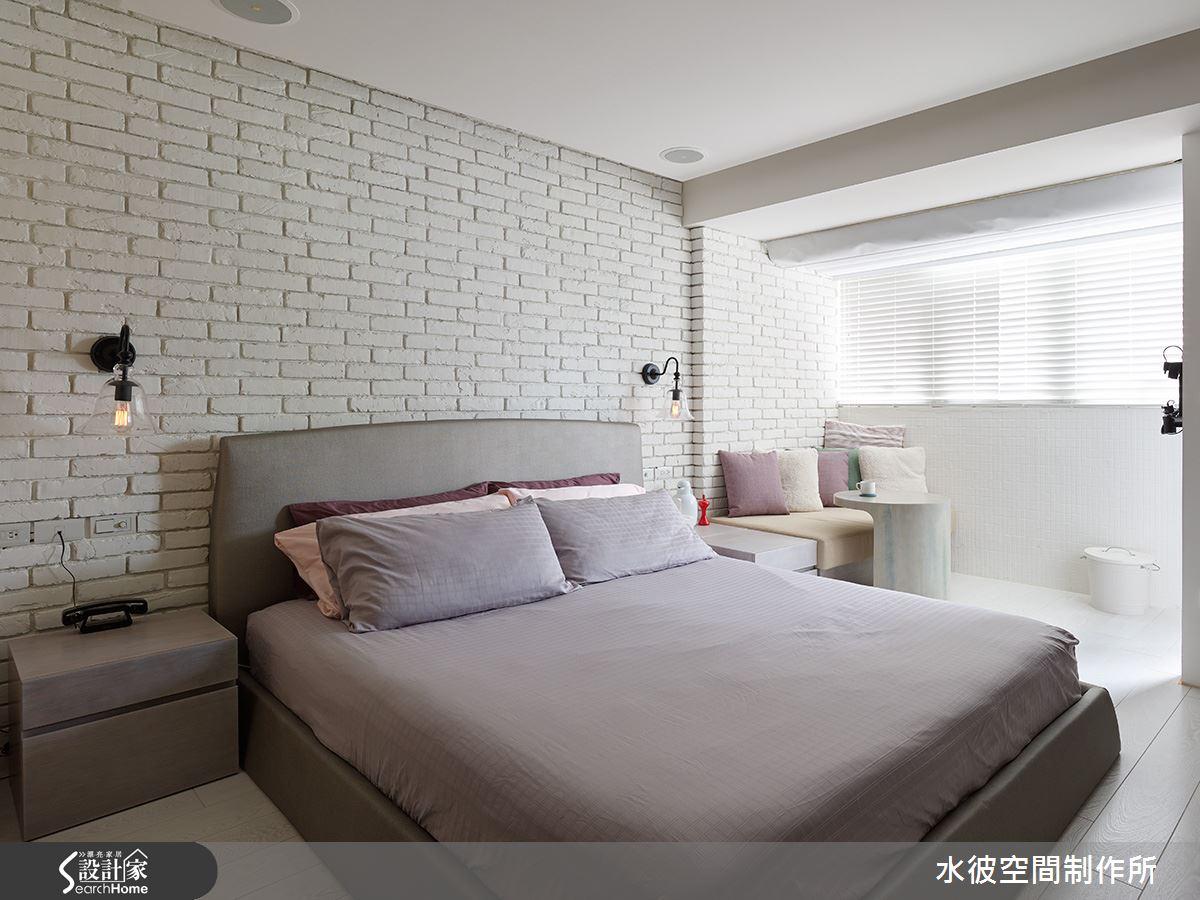 天窗與臥榻的主臥一隅,創造悠閒的角落