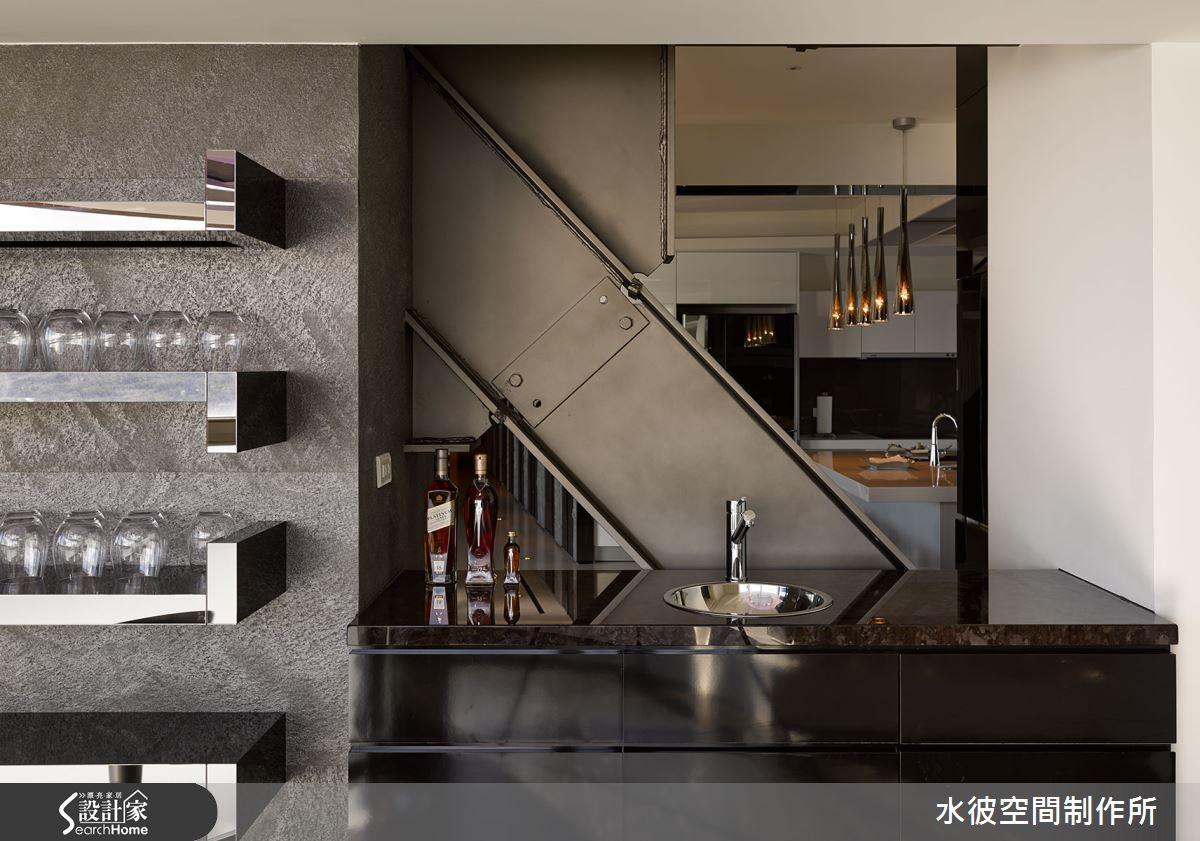 保留原建築結構的斜鋼樑,並於其上上金屬漆,與空間協調,成為獨一無二的空間裝置。