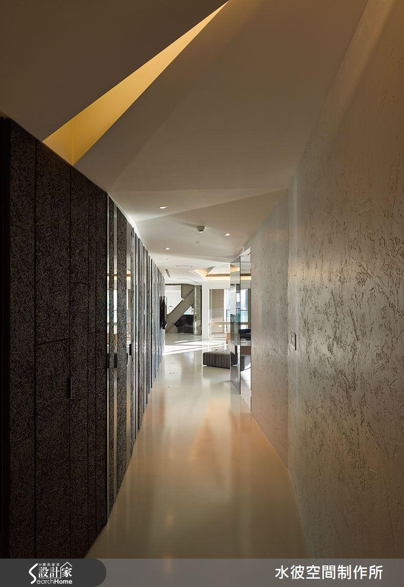 蜿蜒長廊的天花板配合鋼樑自由發展局部凹摺向上,右邊牆面以白色特殊漆手法處理,左邊則對比以深色質材。