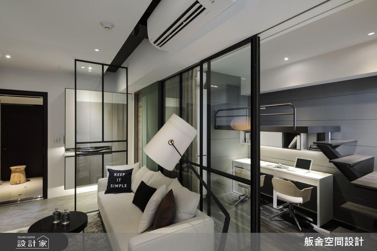 16坪的小格局,運用大量玻璃隔間,讓視線從客廳延伸至後方書房,減低空間的侷促感。