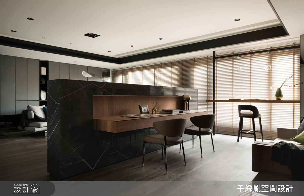 咖啡廳風情的混搭質感!60 坪大宅解放牆面兩用書房