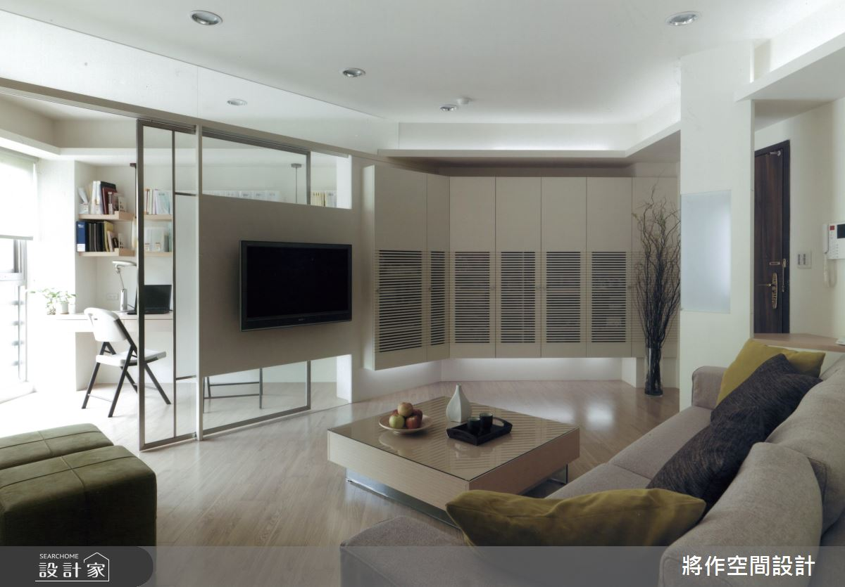 同樣是書房與客廳之間的玻璃隔間,由於空間並不大,設計師在電視牆採用了半透明的做法,讓戶外採光可以穿越書房進到客廳,空間明亮感提升的同時,自然不會感到侷促壓迫。