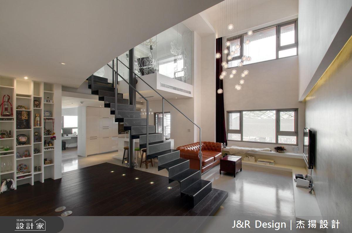 2 人共享挑高 6 米樓中樓!極簡前衛的歐美風玻璃屋