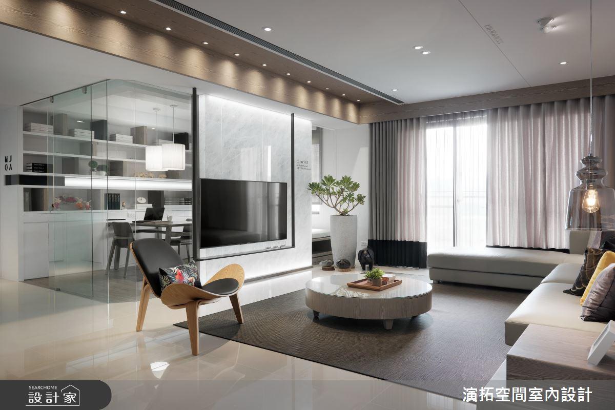 客廳電視牆後方的書房,使用了部分玻璃材質構成半開放式的空間,通透的視線放大了空間感,需要隱私的時候加上簾子或百葉窗即可。